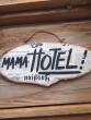Cedule Mama Hotel noviny