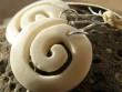 Kostěné náušnice různé tvary - bílé spirálky