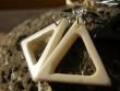 Kostěné náušnice různé tvary - bílý triangl
