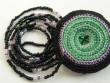 Náhrdelník háčkovaná kolečka - zeleno černý na šňůře