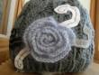 Čepice šedivá s květinou