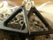 Kostěné náušnice různé tvary - černý triangl