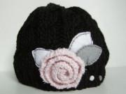 Čepice černá s růží