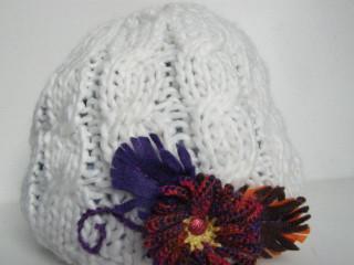 Čepice bílá, střapatá