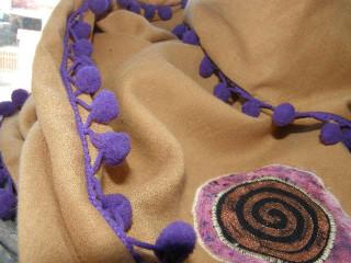 šátek béžový s bambulkami