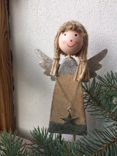 Dřevěný stojící andílek