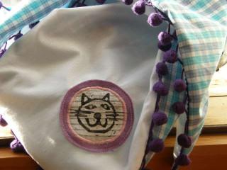 šátek malý s bambulkami kocour